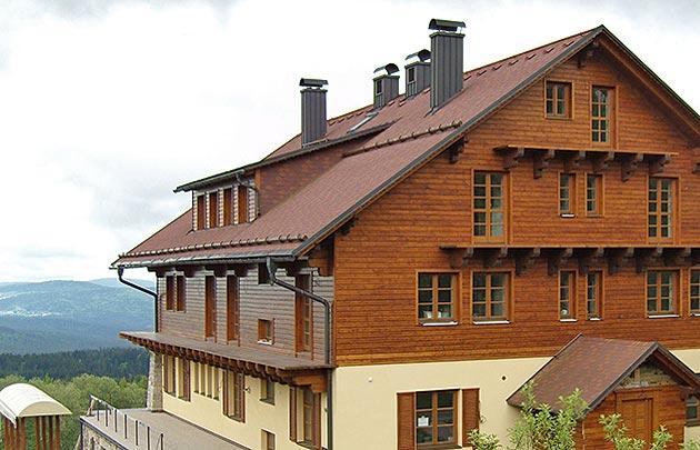 Dokončení montáže oken a dveří na hotelu Alpská vyhlídka na Bučině